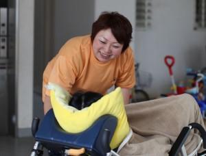車椅子の利用者に話しかけるヘルパー