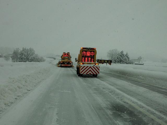 高速道路で除雪渋滞